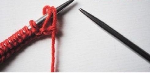 Nhẹ nhàng đưa 2 mũi len đầu hàng sang que đan còn lại.