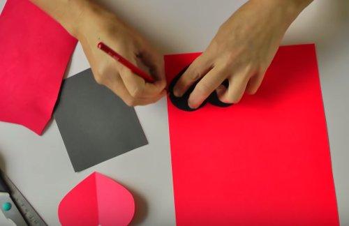 Vẽ hình trái tim lên giấy
