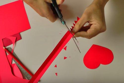 Cắt dải giấy khác làm thành cho phần nắp hộp