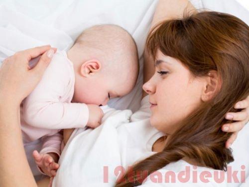Hướng dẫn trẻ sơ sinh bú ít phải làm sao