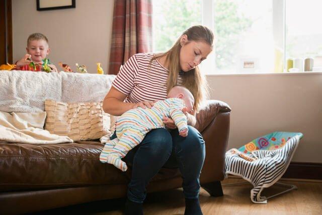 Phải làm sao khi trẻ sơ sinh trớ nhiều cặn sữa