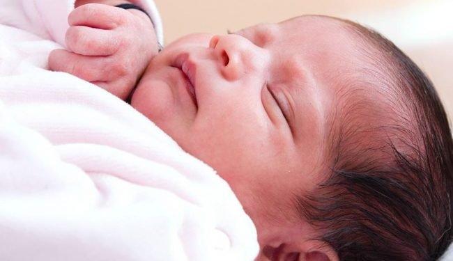 Tại sao trẻ sơ sinh đạp chân tay liên tục