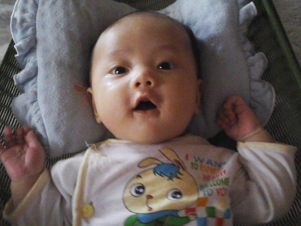 Trẻ mấy tháng biết hóng chuyện cực kỳ đáng yêu