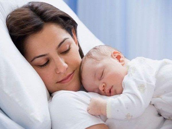 Trẻ sơ sinh nằm sấp trên bụng mẹ có tốt hay không