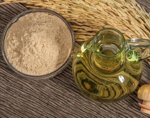 kết hợp dầu dừa và bột cám gạo giúp trị mụn ở mũi